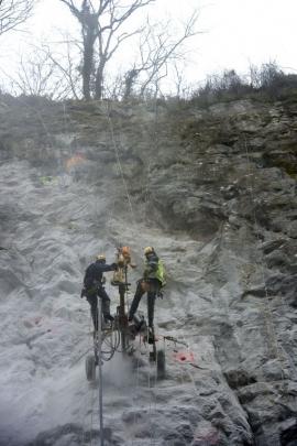 Thon-Samson - Inspection et nettoyage des rochers, pose de filets de sécurisation le long de la nationale 90