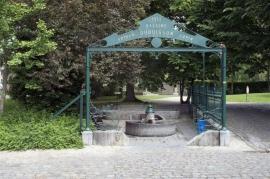 Péruwelz - Parc communal Edouard Simon Fontaine des Brigittins. L'ensemble se compose de la fontaine proprement dite. L'eau retombe dans un premier bassin derrière lequel se trouve le bac du lavoir Dubuisson-Copin et au fond un abreuvoir indépendant.