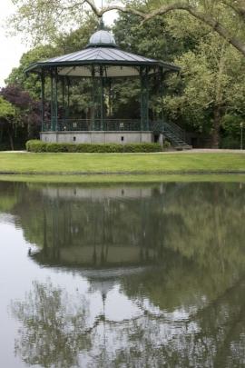 Péruwelz - Parc communal Simon Fontaine des Brigittins. L'ensemble se compose de la fontaine proprement dite. L'eau retombe dans un premier bassin derrière lequel se trouve le bac du lavoir et au fond un abreuvoir indépendant.