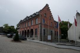 Ancienne halle au draps. Ancien Hôtel de Ville.Construit en 1565, le bâtiment fut plusieurs fois remanié au cours des XVIII et XIXème avant d'être restauré début XXème dans le style renaissance espagnole en vogue à l'époque.