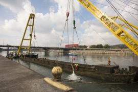 Le renflouement de la péniche échouée près du pont d'Ougrée, le 10 octobre 2016