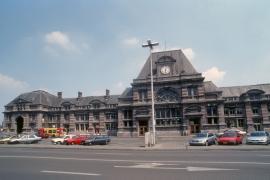 Gare de Tournai, L'actuel bâtiment fut dessiné par Henri Beyaert et construit de 1874 à 1879. Il comprenait à l'origine une grande verrière couvrant l'entièreté des quais. La