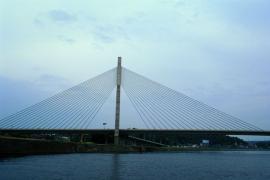 Pont Père Pire, Ben-Ahin.Le tablier a été construit parallèlement à la Meuse sur un cintre en même temps que la construction du pylône. Après installation et mise en tension des 40 haubans, l'ouvrage a été amené dans sa position définitive par  rotation de 70° autour de l'axe du pylône. D'un poids total de 16000 T, c'est l'ouvrage le plus lourd mis en place par rotation à l'époque de sa construction (1995-1997).