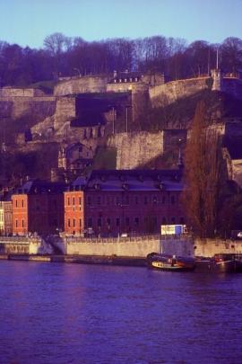 La citadelle de Namur, est divisée en trois parties: Donjon, représentant la partie inférieure, Médiane pour la partie intermédiaire et Terra Nova pour la partie supérieure. Son sommet culmine à 190m d'altitude.Celle-ci est classée au Patrimoine immobilier exceptionnel de la Région wallonne. Elle est composée de nombreux quartiers résidentiels (arrière du château), d'un c?ur historique (les trois strates: fortifications et château, représentant 1000 d'histoire) et d'une longue forêt.