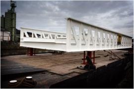 Transport par voie fluviale du pont Liébin (Ouvrage d'art typique, en fer)réinstallé à Houdeng-Aimeries (canal du centre historique)