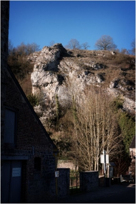 Vallée de la Molignée.  La Molignée a donné son nom à une charmante vallée boisée qui compte de nombreuses curiosités liées au riche patrimoine de la région et autres attractions touristiques comme le château de Montaigle, le château-ferme de Falaën, les abbayes de Maredsous et de Maredret, l'ancien château d'Ermeton-sur-Biert reconverti en couvent, la villa des Lapins, les draisines de la Molignée.