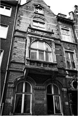 DinantDinant est située dans la vallée de la Haute-Meuse, où le fleuve entaille profondément le plateau du Condroz occidental. Serrée entre la roche et l?eau, la villes?étend essentiellement sur les rives de la Meuseet regorge de bâtiments anciens (en pierre de taille), la collégiale, la citadelle, l'hôtel de ville.