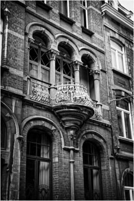 DinantDinant est située dans la vallée de la Haute-Meuse, où le fleuve entaille profondément le plateau du Condroz occidental. Serrée entre la roche et l'eau, la villes'étend essentiellement sur les rives de la Meuseet regorge de bâtiments anciens (en pierre de taille), la collégiale, la citadelle, l'hôtel de ville.