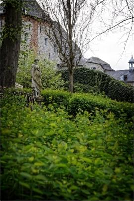 Les Jardins d'Annevoie imaginés par Charles-Alexis de Montpellier à la fin du 18é siècle et qui combinent la rigueur du style français et la fantaisie du style anglais tout en utilisant la rivière du Rouillon pour composer avec le cours de celle-ci des jeux ou formes multiples.En avril les Jardins rencontrent la tradition Vénitienne et cescélèbres Masques et Costumes.
