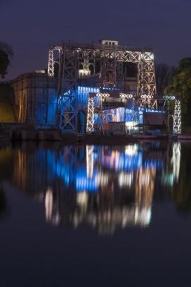 Canal du centre historique, ascenseur et jeu de lumière.