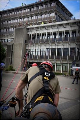 Le Grimpday est un challenge international qui réunit des services de secours du monde entier (pompiers, protection civile, armée, police). Rassemblées à Namur-Jambes, les équipes s?affrontent dans des ateliers axés sur les spécificités du métier de secouriste en milieux périlleux.