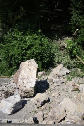 Un rocher d?une dizaine de tonnes s?est détaché de la colline et s?est écrasé sur la chaussée, à Hun (Anhée).