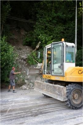 Dégagement et réparation de chaussée suite à la chute d'un rocher. Hun (Anhée).