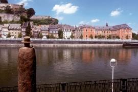 Dans les jardins de l'Elysette, côté Meuse, se trouve une statue de Jean-Michel Folon, Â«Quelqu?unÂ».