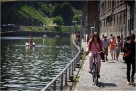 Dans le cadre du Â«village flottantÂ» organisé par l?association des habitants du fleuve et le Cap festival a Namur, la première parade d?objets flottants hétéroclites, poétiques et ou artistiques aura lieu sur la Sambre a Namur.