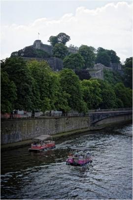 Dans le cadre du Â«village flottantÂ» organisé par l'association des habitants du fleuve et le Cap festival a Namur, la première parade d'objets flottants hétéroclites, poétiques et ou artistiques aura lieu sur la Sambre a Namur.