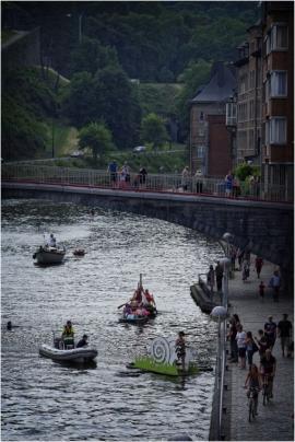 Dans le cadre du Â«village flottantÂ» organisé par l'association des habitants du fleuve et le Cap festival à Namur, la première parade d'objets flottants hétéroclites, poétiques et/ou artistiques a eu lieu sur la Sambre à Namur.