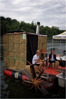 Manifestation folklorico-sportive : course nautique de baignoires aménagées et décorées de façon aussi insolite qu'originale.