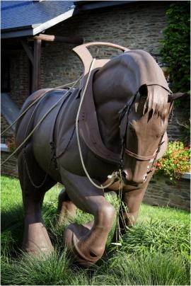 Sculpture de GatienDardenne, cheval de trait et homme (Rochehaut).