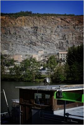 La carrière de Lustin est située sur la rive droite de la Meuse au Nord de Profondeville. Cette carrière a permis de mettre à jour une magnifique structure en forme de « U » : le « synclinal de Walgrappe ».