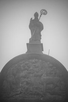 Basilique de Saint-Hubert, patron des chasseurs, dans la brume automnale (patrimoine exceptionnel de Wallonie).