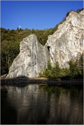 La Meuse et les rochers à Waulsort (Hastière) lors du chômage du fleuve.