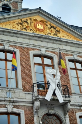 L'Hôtel de Ville de Huy arborant le ruban blanc symbolisant l'opposition aux violences faites aux femmes (journée internationale).