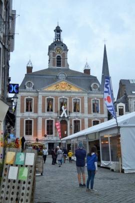 L'Hôtel de Ville de Huy et le village de Noël.