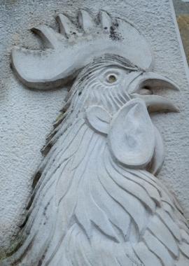 Sculpture (détail) d'un coq wallon en pierre (signé JB), rue du Coq, à Huy :