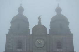 Basilique de Saint-Hubert dans la brume automnale.