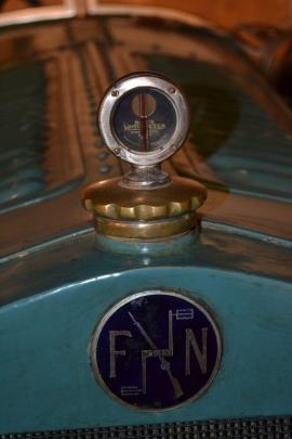 Voiture wallonne FN (moteur 1800 cc 4cylindres), vainqueurle 12 juillet1925 et le 4 juillet 1926 de la coupe du Roi aux 24 heures de Francorchamps. Voiture exposée au musée de l'abbaye de Stavelot. Détail du logo de la marque FN 1925.