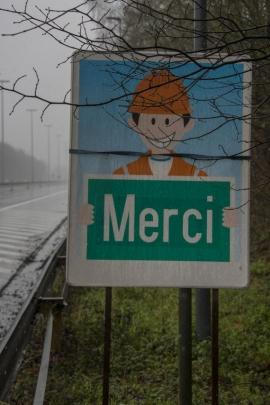 Travaux de mise à trois bandes par le Service public de Wallonie de l'autoroute E42 à hauteur d'Andenne (chantier Daussoulx-Andenne). Panneau de signalisation.