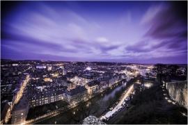 Panorama de nuit de la Ville de Namur, capitale de la Wallonie, pris depuis la citadelle. Apparaissent la Sambre et la Meuse.