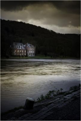 Le château de Dave (Namur) et la Meuse.
