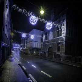 Illuminations de fin d'année rue du Pont à Namur. A droite, la