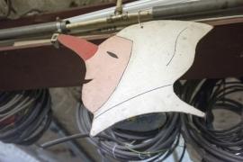 Fabrication des masques pour la confrérie des blancs-moussis de Stavelot par M. Close et ses amis. Réalisation de confettis.