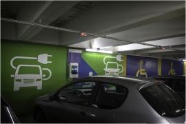 Borne électrique pour recharger la batterie des véhicules (parking place d'Armes à Namur).