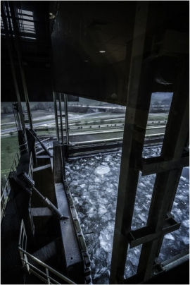 Dégagement de la glace sur le canal du Centre à l'ascenseur funiculaire de Strépy etaux alentours.