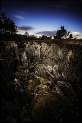 Le Fondry des Chiens est un gouffre naturel, formé suite à l'érosion millénaire du sol calcaire par les précipitations. Le site est devenu une réserve naturelle, classée 'de grand intérêt biologique'.